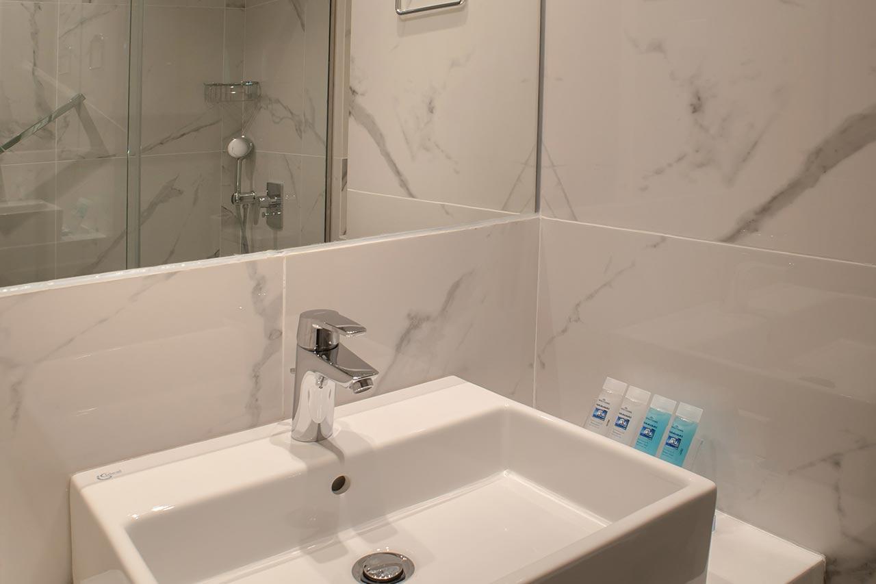 Deluxe-port-View-Bathroom